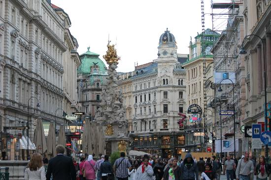 Pension Nossek: Graben area right outside the hotel