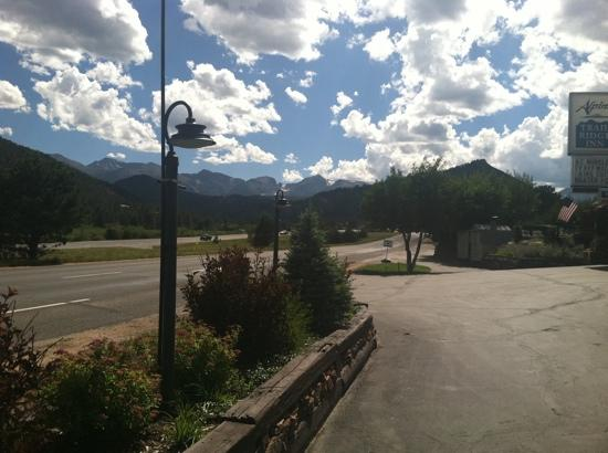 Alpine Trail Ridge Inn: view from the parking lot of the hotel