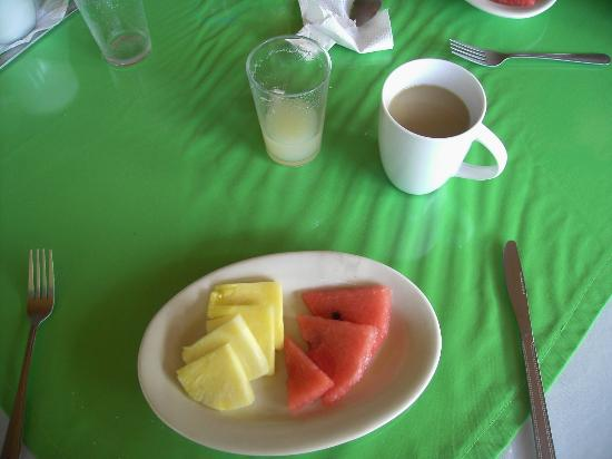 Cabinas El Icaco Tortuguero: Fruits at breakfast