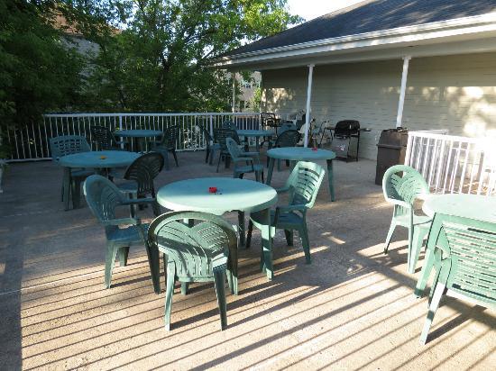 Midtown Motel & Suites: Deck with Barbecue