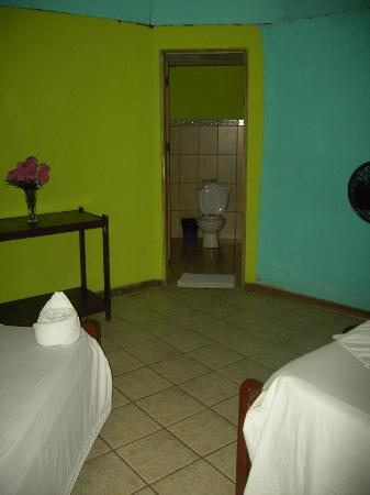 Cabinas El Icaco Tortuguero: Entrance to bathroom