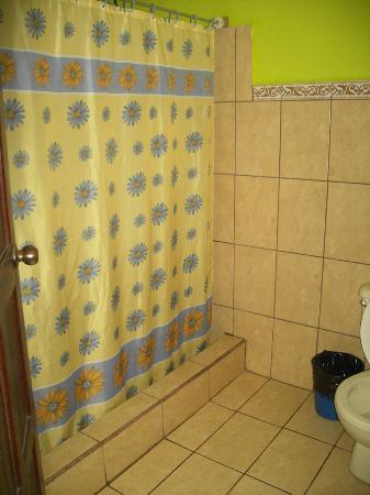 Cabinas El Icaco Tortuguero: Shower