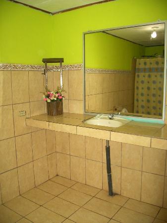 Cabinas El Icaco Tortuguero: Sink