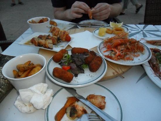 Africamar Aparthotel: Tapas in Chillax, kebabs, giant prawns,calamari, fritters!!