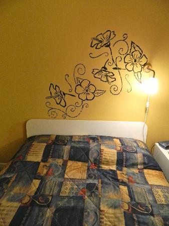Motel Bienvenue : Lovely designs on walls