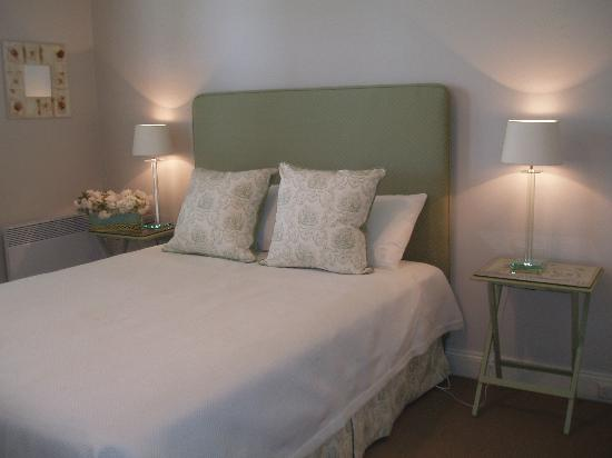 Glencoe Rural Retreat: bedroom french provencial