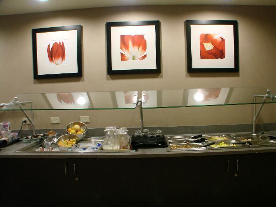 Cambria Hotel & Suites: Breakfast bar