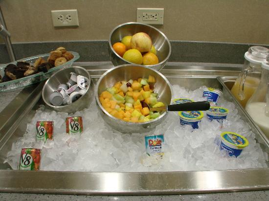 Cambria Hotel & Suites: fresh fruit at breakfast bar