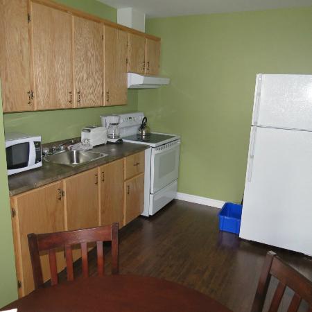 Gros Morne Suites: Kitchen