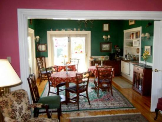 Harbor House Inn: Breakfast area