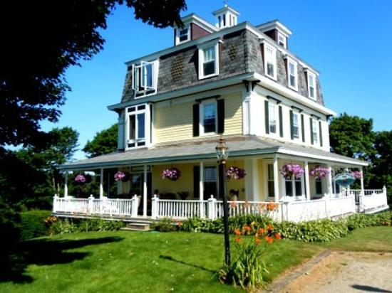 Harbor House Inn: The Inn