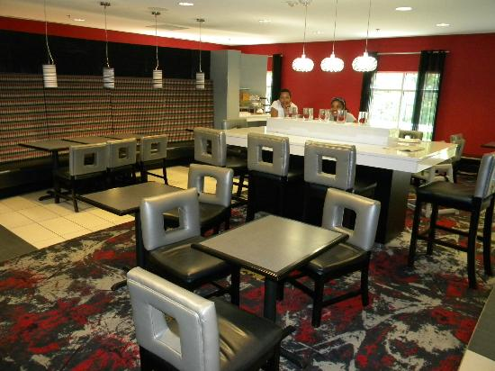 Comfort Suites Bypass: Breakfast area