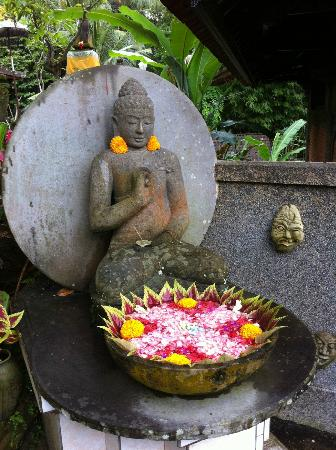 Cendana Resort and Spa: Ubiquitous statues for flower offerings