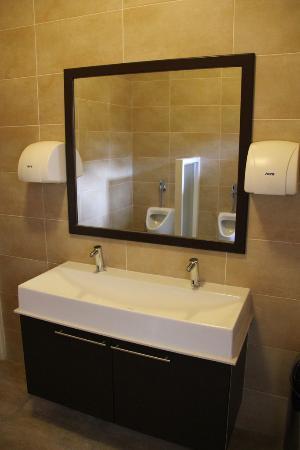 Sheva Hotel: Bathroom in Common Areas