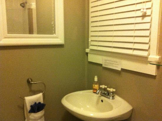 Artist House on Fleming: The Whitehead Room bathroom