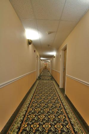 GuestHouse Inn Pigeon Forge: tranquil interior corridors