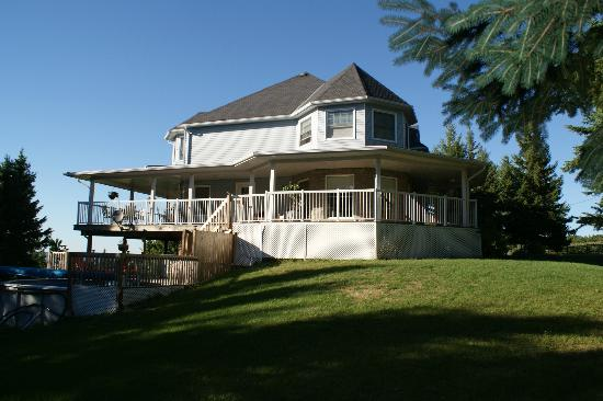 Hillview Haven Estate: Lovely little lounge pool and wrap around deck