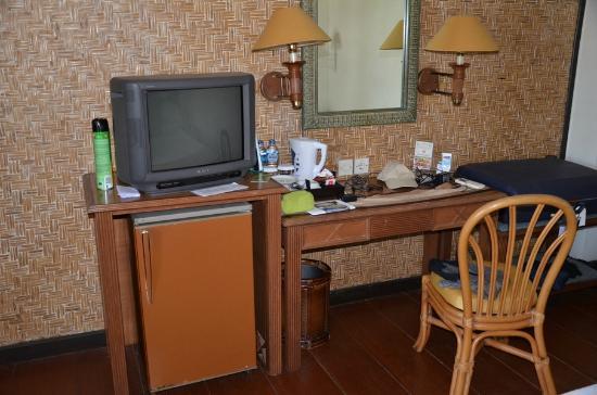 Kila Senggigi Beach Lombok : le coin TV + frigo