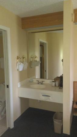 Hathaway Inn: Bathroom Clean