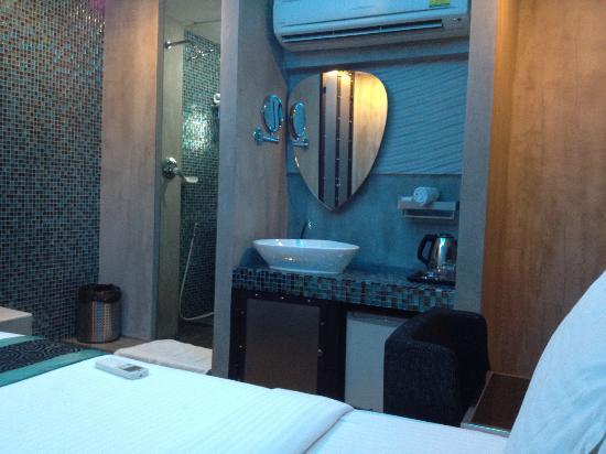 Blutique Hotel: the basin outside the bathroom