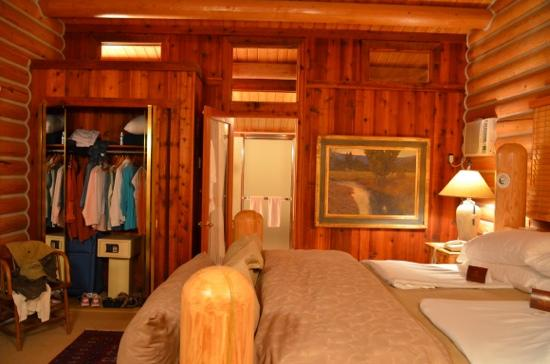 Triple Creek Ranch: luxury cabin bedroom