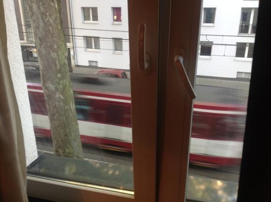 Aleksandra Hotel: blick aus fenster zur strasse