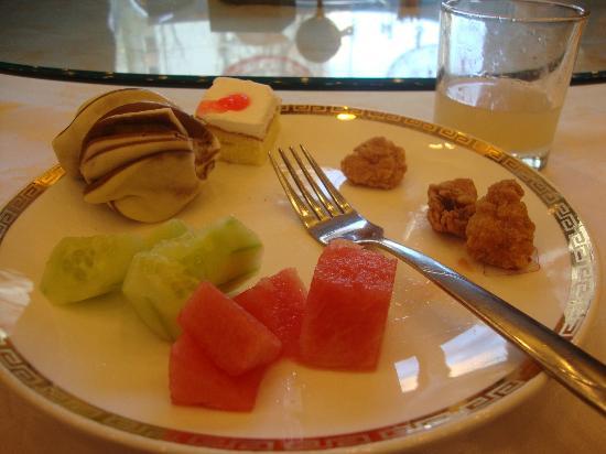 Ruyi Business Hotel Beijing: A breakfast of popcorn chicken, hanoi?, cake, watermelon, and cucumbers.