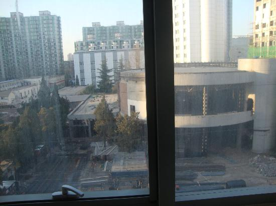 Ruyi Business Hotel Beijing: Construction outside our room.