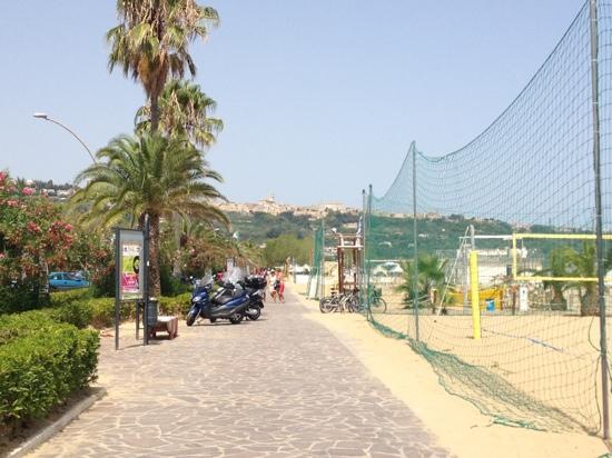 Hotel Residence Adriatico: campi di beach volley sulla spiaggia