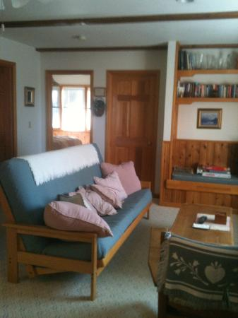 Alaska Chalet Bed & Breakfast: Large living room of Chalet Suite