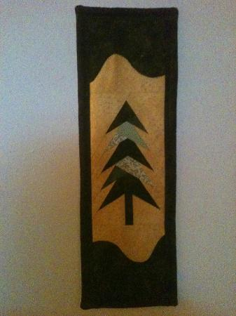 Alaska Chalet Bed & Breakfast: My favorite wall hanging in the Garden Suite