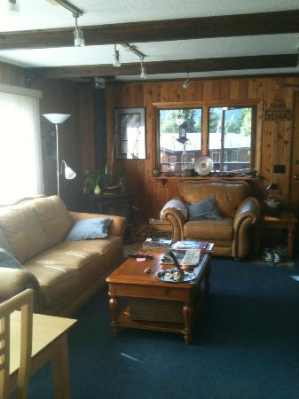 Alaska Chalet Bed & Breakfast: Wonderful leather furniture in Rise and Shine Suite