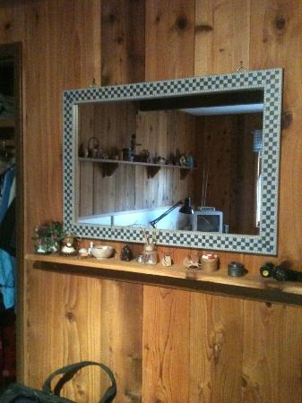 Alaska Chalet Bed & Breakfast: Loved this mirror in Rise and Shine
