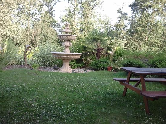 Hotel Pic Epeiche : Giardino interno con fontana