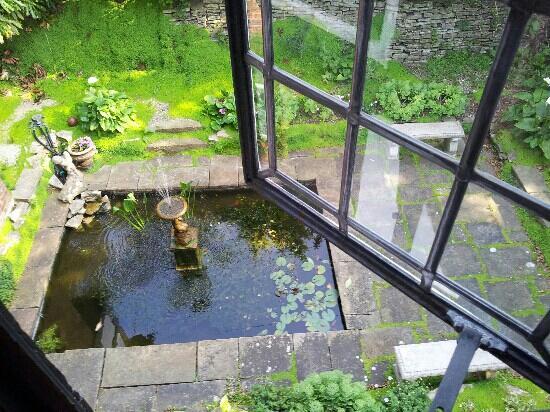 Tudor Grange Guest House: fish pond