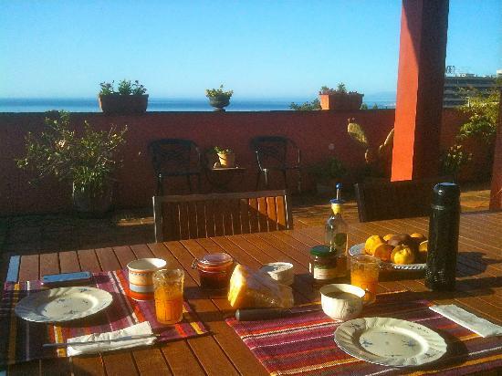 Finca La Solana Marbella Hostal: breakfast terrasse with sea views