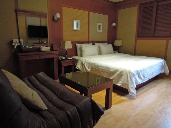 Hotel Sunbee: Bed area