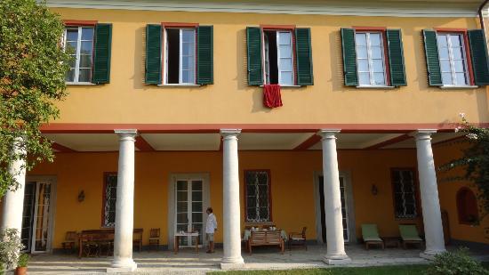 Guesthouse Castello Di Brusata: Vue depuis le jardin