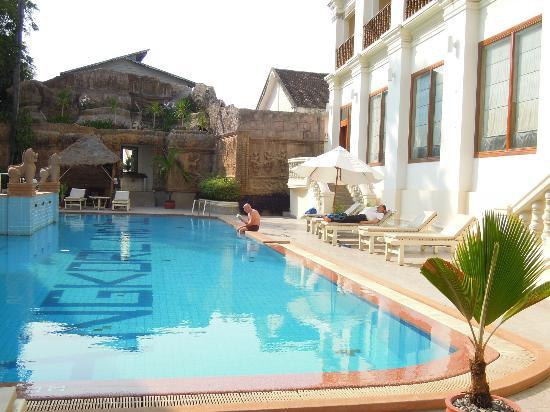 New Angkorland Hotel: 旅館的游泳池,還不錯。