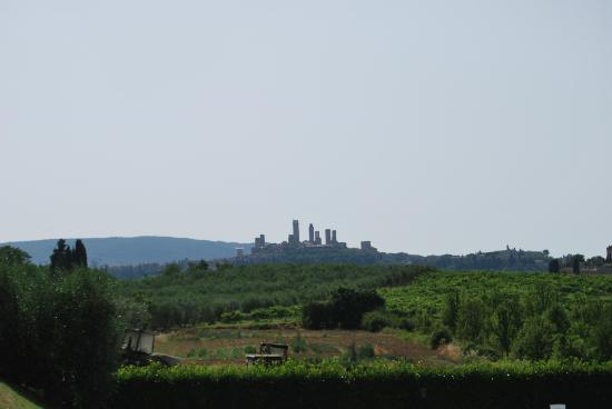 Agriturismo Torre Prima: Vista a S. Gimignano desde la piscina
