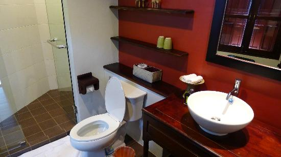 Villa Nagara: spacious toilet and bath