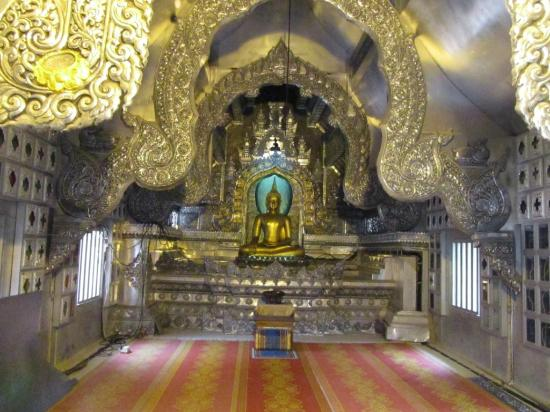 Wat Sri Suphan: Interior of the silver chapel