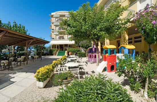 Hotel Belsoggiorno: Ingresso e Giardino dell'albergo