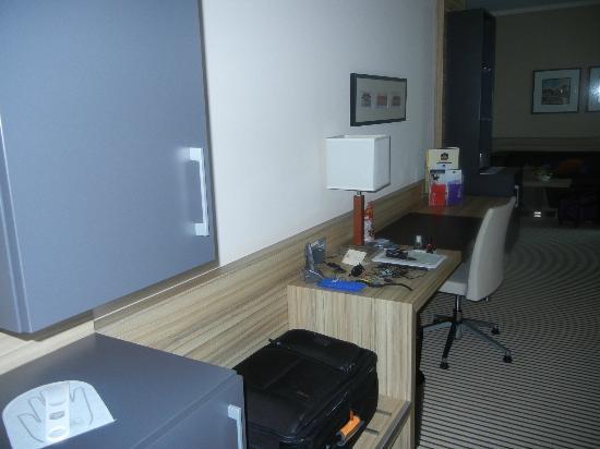 BEST WESTERN PREMIER Hotel Regensburg: Nice wide desk with ethernet access