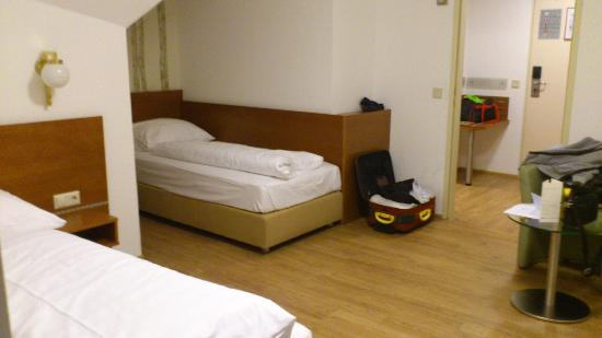 Hotel Atlantis Vienna: tidy and spacious room