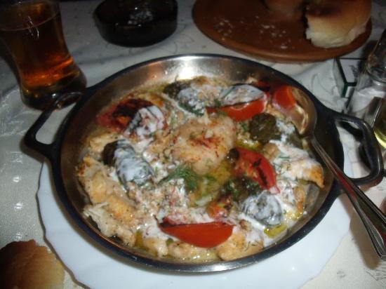 Paraklisa: Poulet sauce au fromage avec feuilles de vignes et choux farci