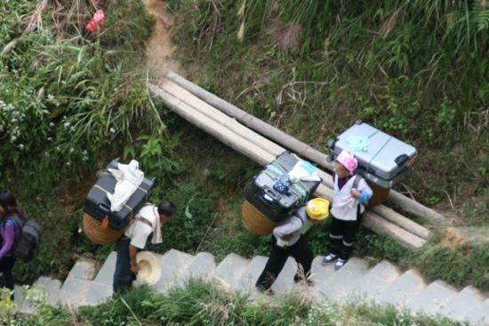 Leader Guest House Longsheng Longji: Wer's nicht selber schafft lässt schleppen, wir haben gleich nur eine Tasche mitgenommen und sel