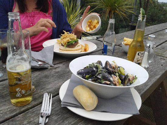 The Groomsport Inn: mussels and burger, delicious!