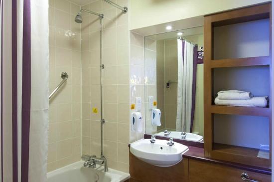 Premier Inn Leeds East Hotel: Standard Bathroom