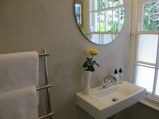 Kensington Villa: Bathroom in one of the suites